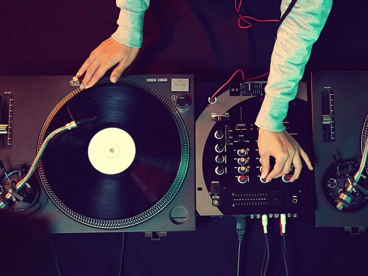 Some DJs keep using the old Virtual DJ because it operates quickly and clearly.